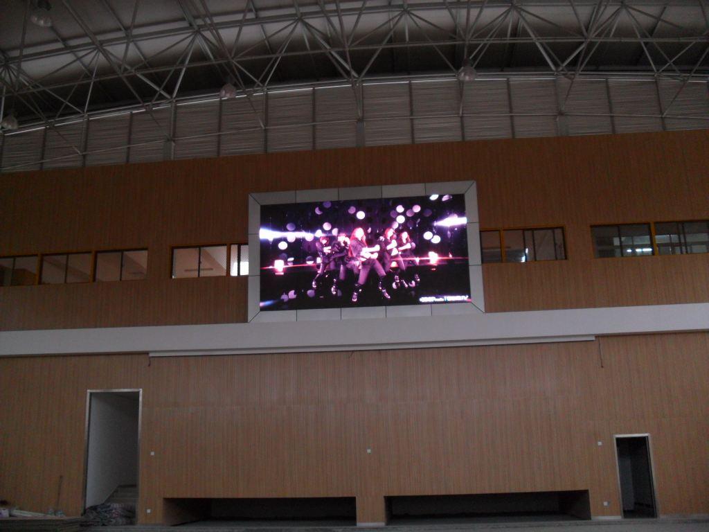 将户外的led显示屏屏体吊挂于结构上